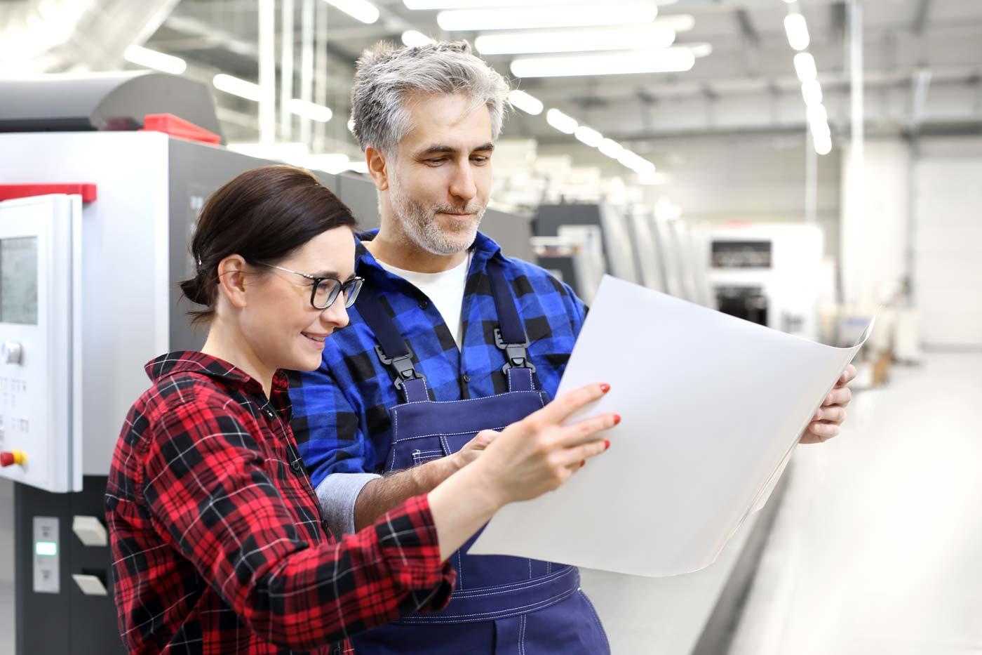 Drucker prüfen Druckbogen vor Druckmaschine
