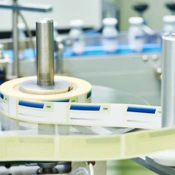 Etiketten werden in Maschine auf Rolle gedruckt