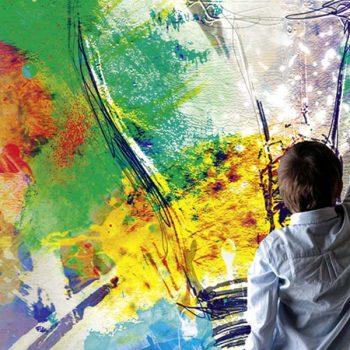 Kind malt eine Glühbirne an die Wand
