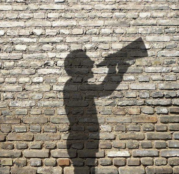 Schatten von Mann mit Megafon