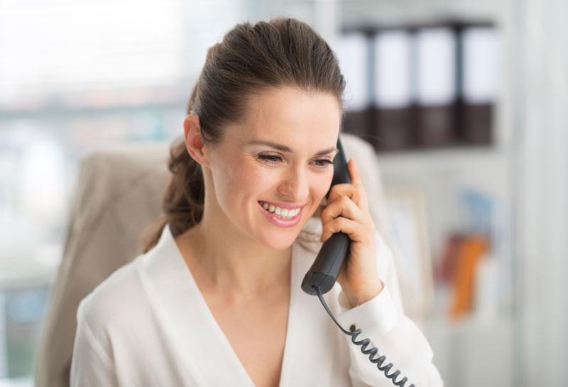 Frau telefoniert mit Kunden